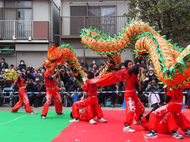 横浜中華街で行われる春節のイベントとしては、春節カウントダウン、春節燈花、採青、祝舞遊行、春節娯